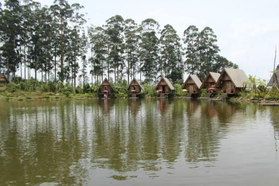 Saung-saung pinggir danau yang bisa digunakan pengunjung restoran