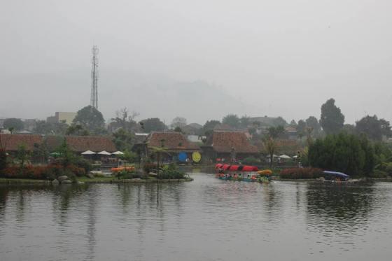 Floating Market Lembang menawarkan konsep wisata air dan lingkungan